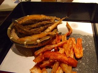 稚鮎の唐揚げとごぼうチップ