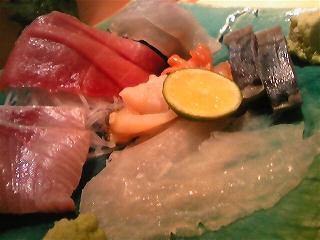 マグロ、アジ、サバ、カワハギ、ハマチ、あわび、赤貝 /></p>  <p>最初に出してもらったのはマグロとサバ、ハマチ、あわび、赤貝とカワハギ。<br /> 今日はのっけから盛りだくさん♪<br /> お醤油は、わさび、生姜、カワハギの肝と3種。</p>  <p>次にヤリイカとスルメイカ。<br /> ヤリイカはわさび、スルメイカはイカ腸で頂く。<br /> この時点で会席盆の上には4つの醤油皿。</p>  <p><img src=