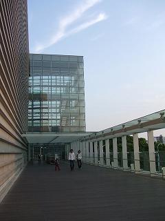 新国立美術館から地下鉄乃木坂駅へ向かう通路