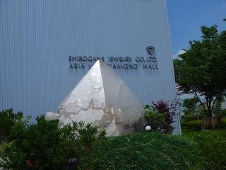 白金工房玄関前の水晶