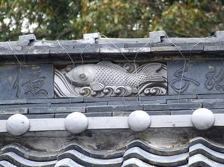 名前も判らない神社の手水の瓦