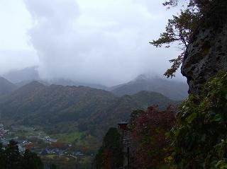 山から沸き立つ雲