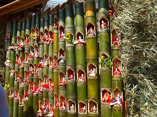 覚翁寺前の竹筒雛