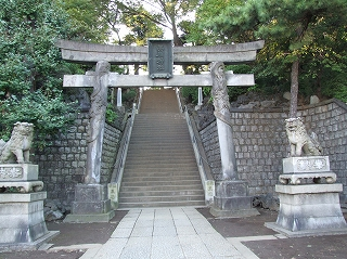 品川神社の鳥居 /></p>  <p>鳥居には、珍しく昇り龍の彫刻がある。<br /> そして、参道は殆ど