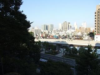 品川神社の参道上から見た景色