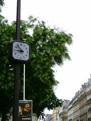 パリ メトロ駅近くの公園で