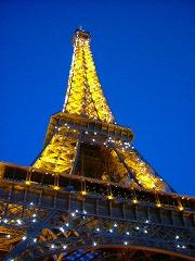 イルミネーションに輝くエッフェル塔